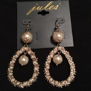 Jewelry - Gold and pearl drop earrings